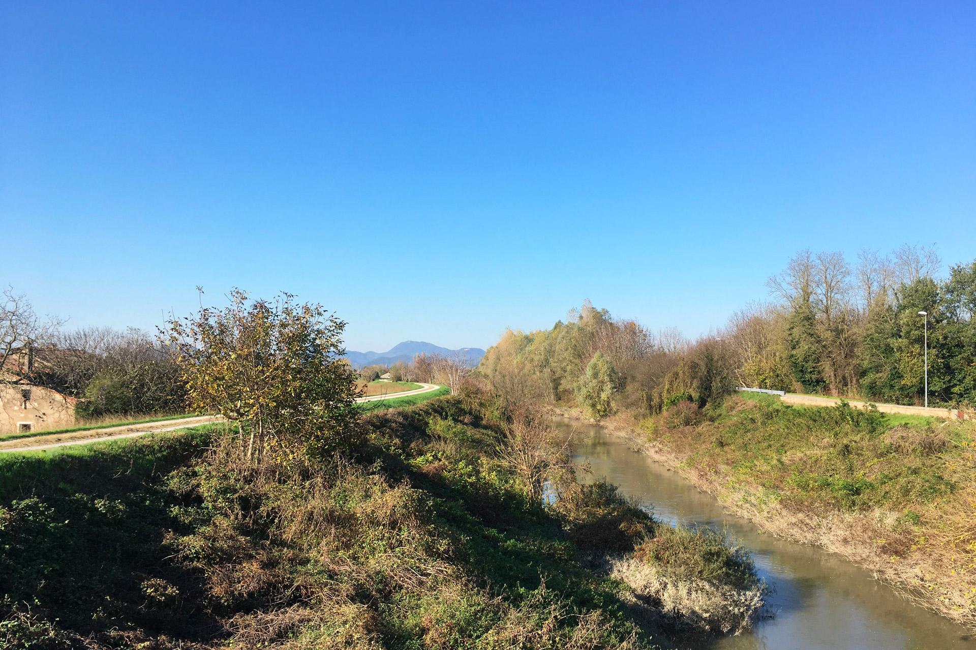 Cartura_Percorso lungo il canale con Colli Euganei sullo sfondo