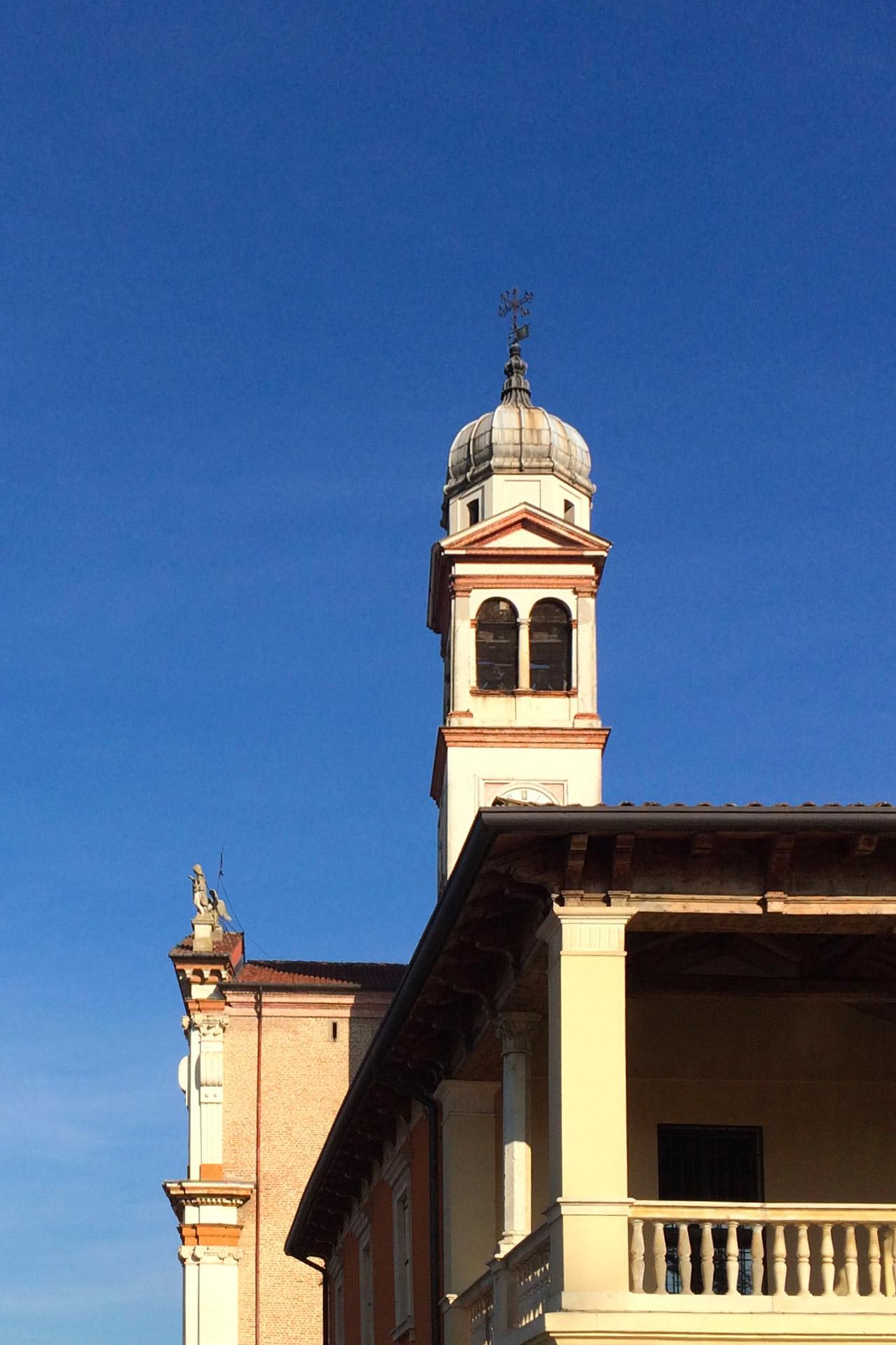 Tribano_Vista della chiesa e del portico